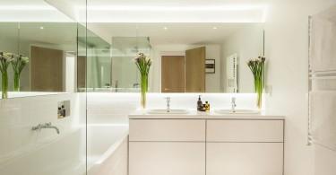 Яркое освещение в ванной комнате