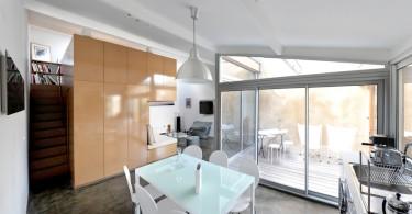 Интерьер уютной кухни в гараже
