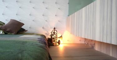 Напольный светильник у кровати в спальне