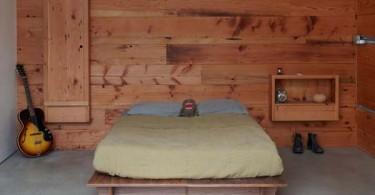 Деревянная отделка в холостяцкой спальне
