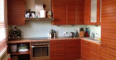 Интерьер маленькой кухни в коричневом цвете