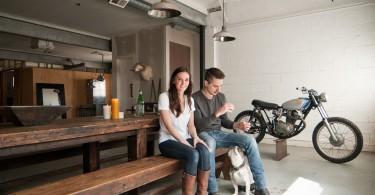 Столовая в гараже в промышленном стиле