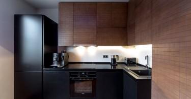 Интерьер кухни в чёрно-коричневом цвете