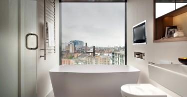 Интерьер маленькой ванной с панорамным окном
