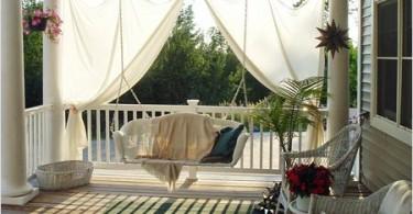 Подвесная скамейка на балконе
