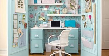 Интерьер маленького кабинета в голубом цвете