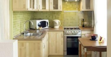 Интерьер маленькой кухни с мебелью из светлого дерева