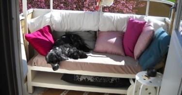 Мягкий диван на маленьком балконе