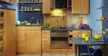 Деревянный кухонный гарнитур на маленькой кухне