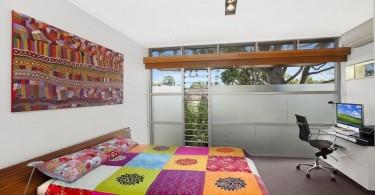 Интерьер спальни в пристройке к дому