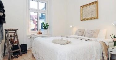 Интерьер маленькой светлой спальни
