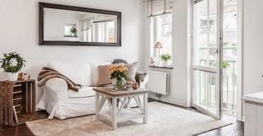 Бежевые акценты в интерьере белой гостиной