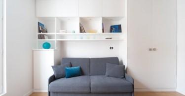 Серый диван в маленькой белой гостиной