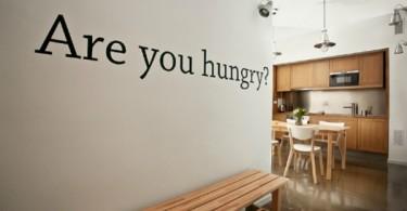 Принт с надписью на кухонной стене