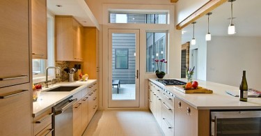 Интерьер светлой небольшой кухни