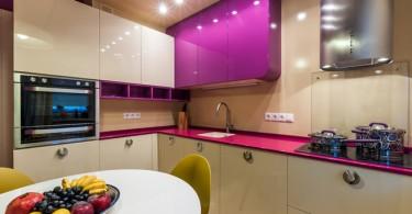Интерьер маленькой кухни в бело-фиолетовом цвете