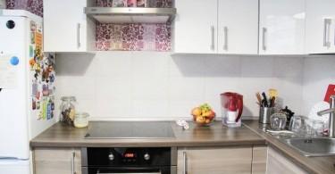 Интерьер оригинальной кухни в светлых тонах