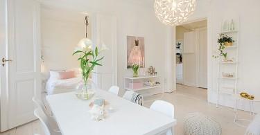 Интерьер небольшой столовой в белом цвете