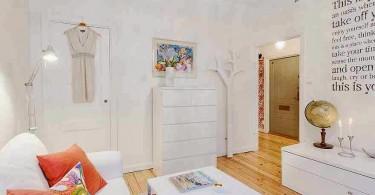 Яркие диванные подушки в белой гостиной
