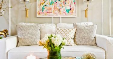 Золотые элементы в оформлении светлой гостиной