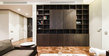 Большой книжный шкаф в интерьере гостиной