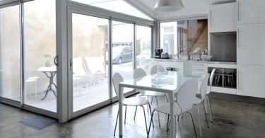 Кухня в гараже в белом цвете