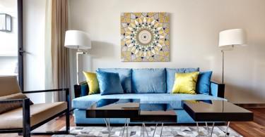 Голубой диван в бежевой гостиной