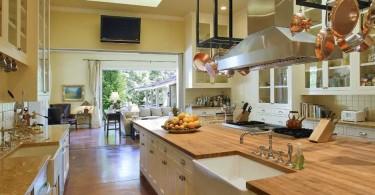 Интерьер кухни со стойкой для кастрюль
