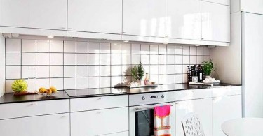 Интерьер небольшой кухни в белом цвете