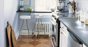 Светлый интерьер узкой кухни