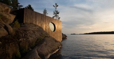 Деревянная сауна на берегу