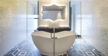 Блестящая мозаика на стенах в ванной