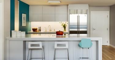 Интерьер кухни в бело-бирюзовом цвете