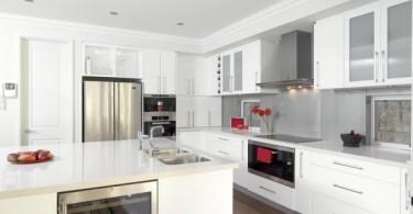 Интерьер стильной кухни в белом цвете