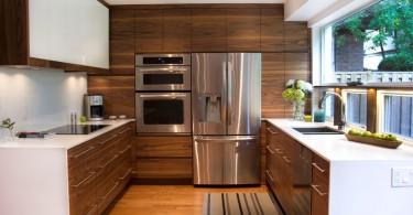 Интерьер маленькой кухни в бело-коричневом цвете