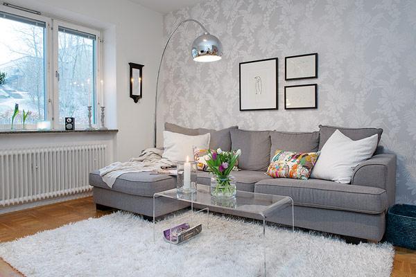 Дизайн комнаты с серым диваном фото