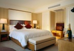 Большая кровать в центре маленькой спальни