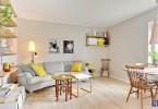 Жёлтые акценты в интерьере светлой гостиной