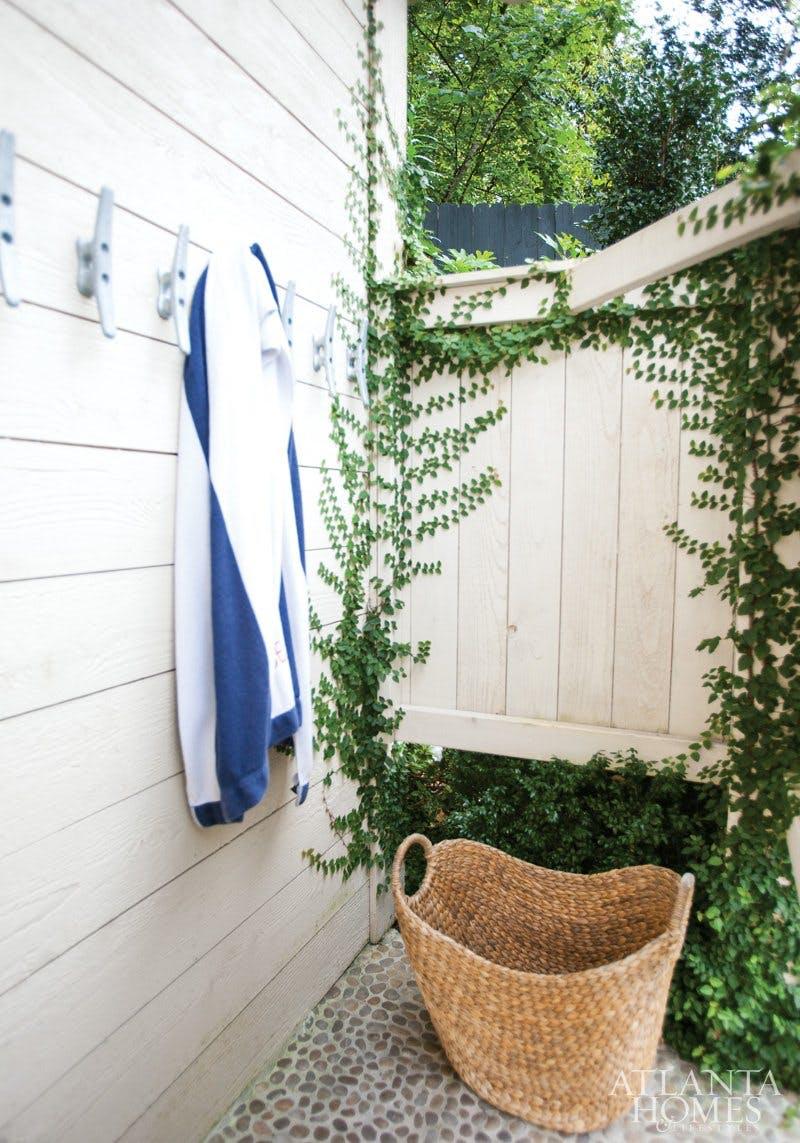 Идея хранения для маленькой квартиры. Владельцы дома используют чугунные крепления для сушки полотенец во дворе