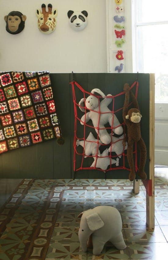 Идея хранения для маленькой квартиры. Практичная сетка для игрушек на детской кроватке