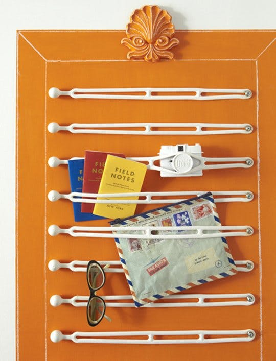 Идея хранения для маленькой квартиры. Резиновые ремни для очков и блокнотов