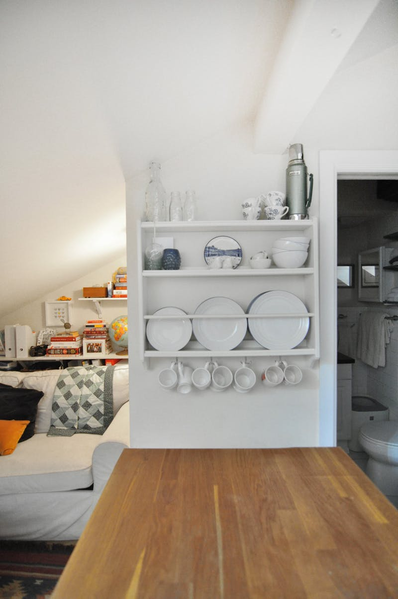 Идея хранения для маленькой квартиры. Вертикальная полка для посуды в квартире