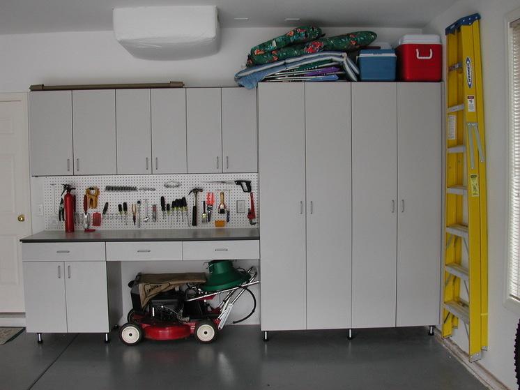 Вместительный шкаф в гараже