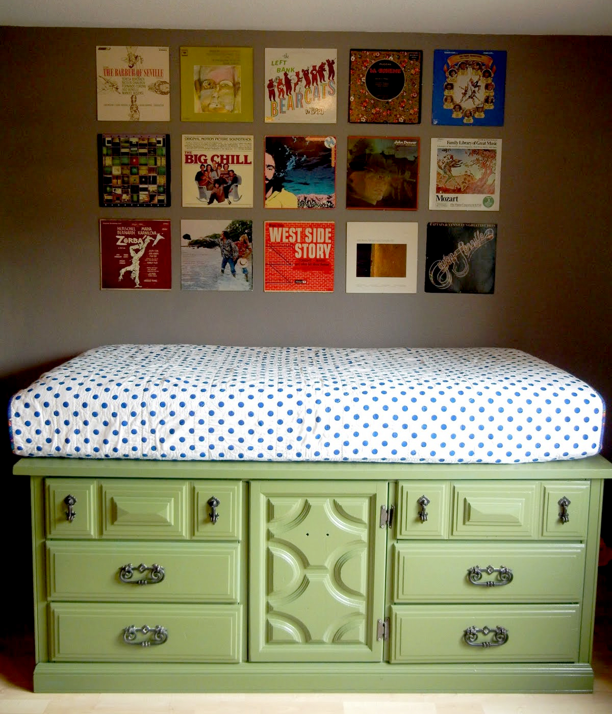 Оригинальный способ заменить простую тумбу в качестве кровати