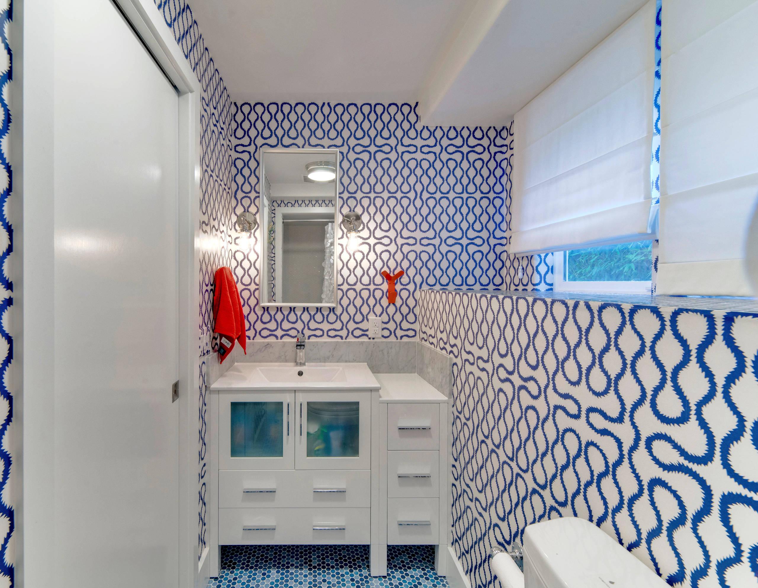 Узоры на стенах маленькой ванной