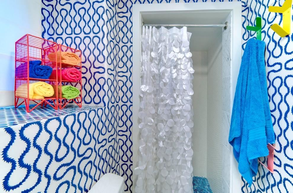 Яркие крючки на стене в маленькой ванной