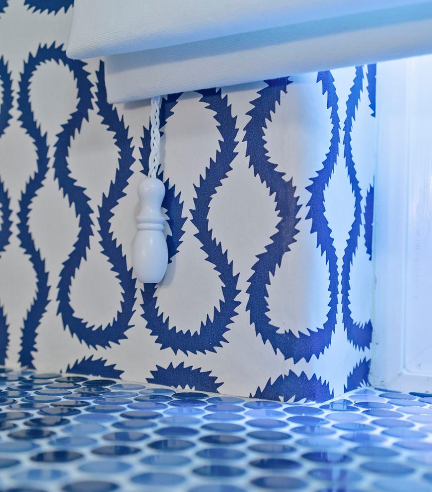 Сине-белое оформление маленькой ванной