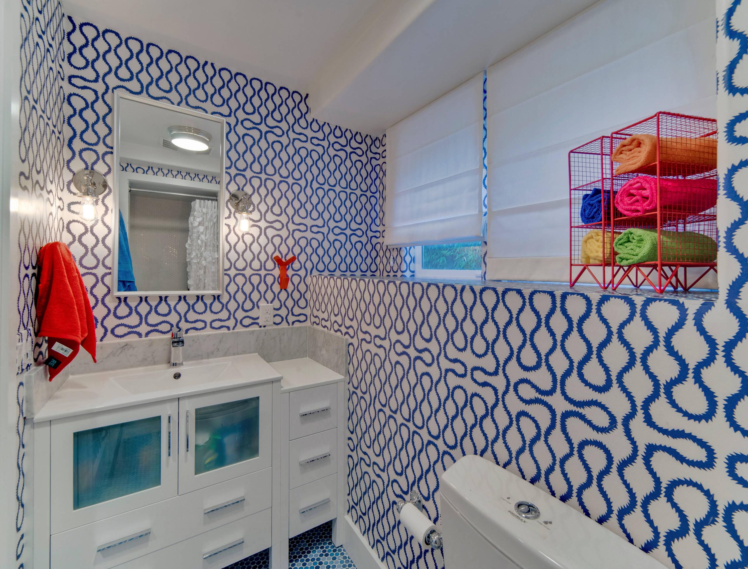 Белый потолок в маленькой ванной
