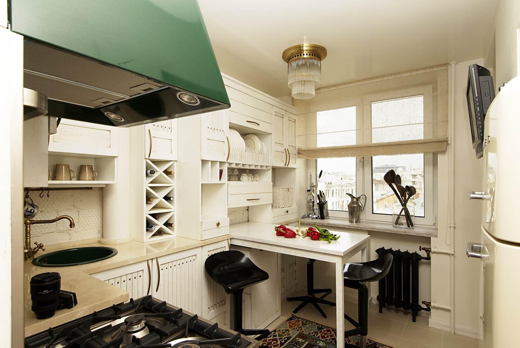 Белоснежный интерьер маленькой кухни