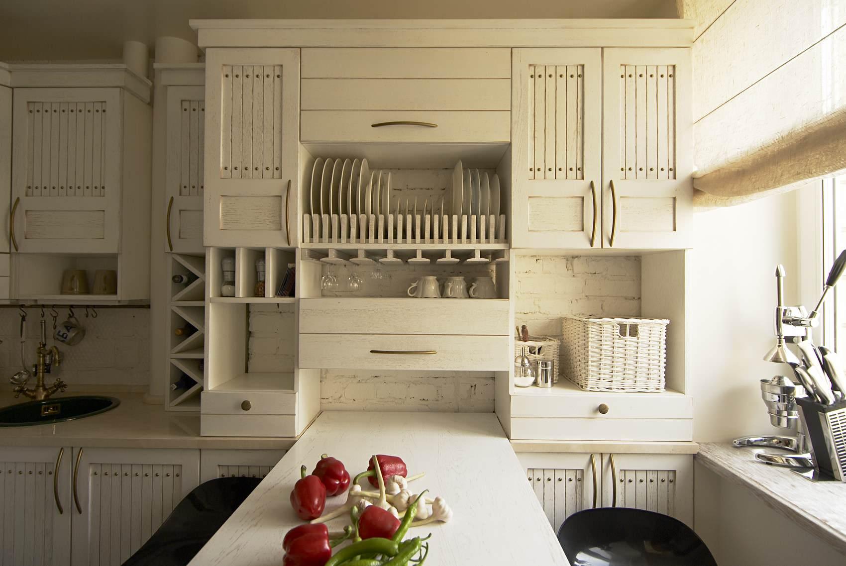 Мебель белого цвета на маленькой кухне